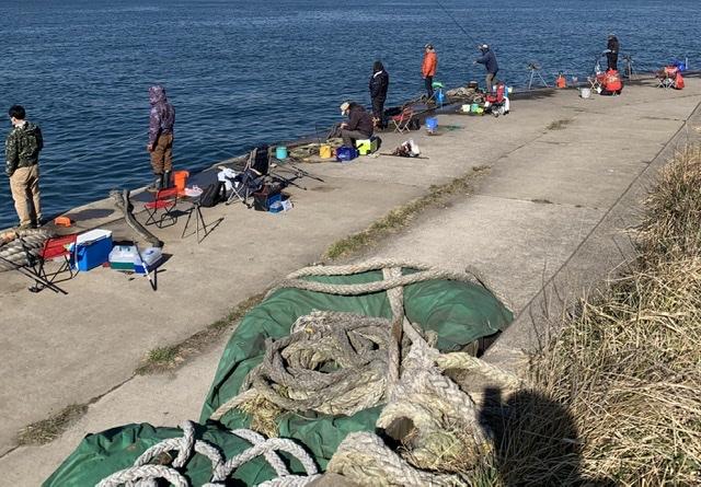 混み合う釣り人画像